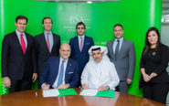 Sentados, José María Viñals (socio de Lupicinio) y Ahmad Bin Hezeem...