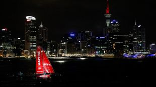 El barco Mapfre entrando en el puerto de Auckland (Nueva Zelanda).  ...