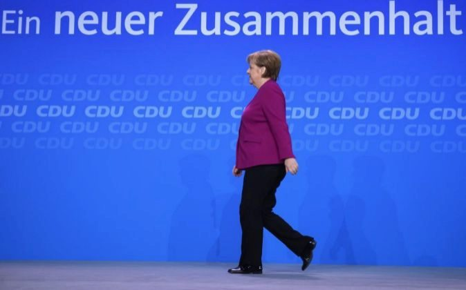 La canciller alemana, Angela Merkel, camina en el escenario antes de...