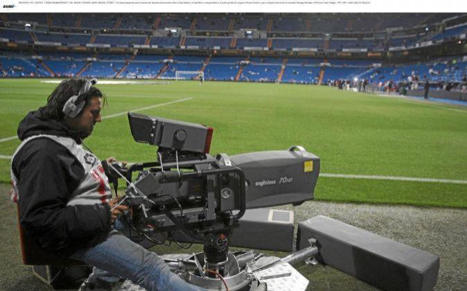 Un cámara de televisión en un campo de fútbol