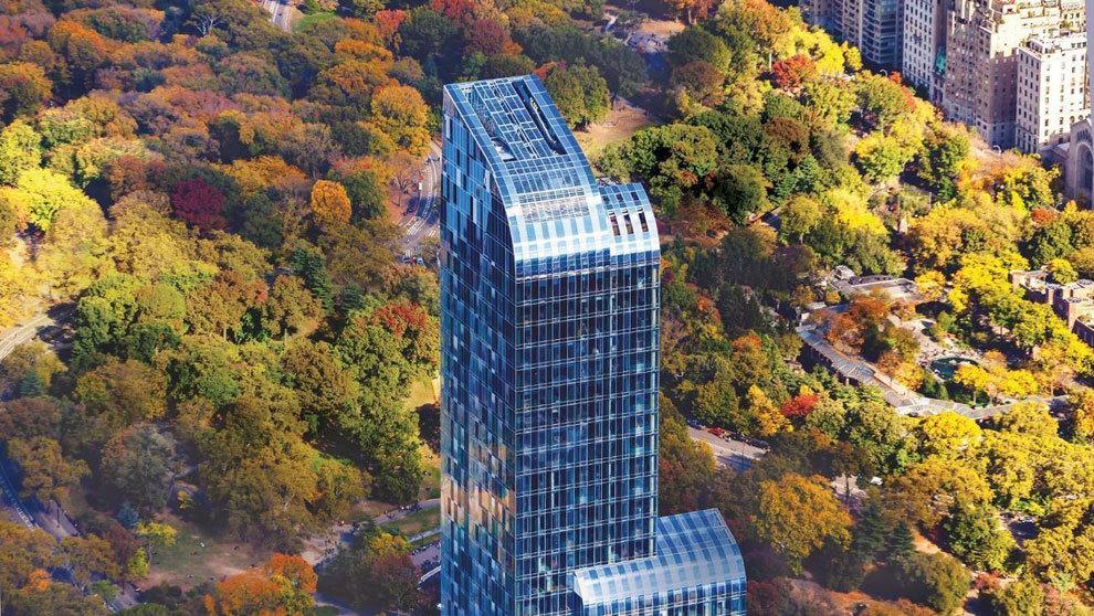 El imponente edificio es una torre de cristal con vistas a Central...