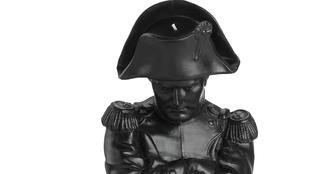 Este busto de Napoleón, reproducción de una escultura anónima, mide...