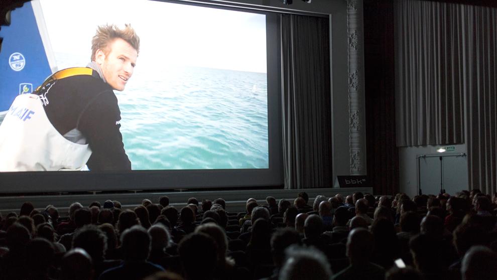 François Gabart, durante la proyección de uno de sus documentales...