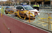 Miembros de la Policía Local junto al acceso del aparcamiento del...