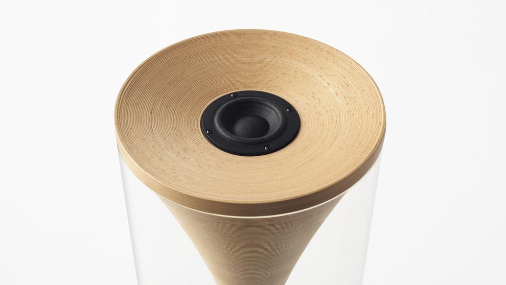 Imagen del altavoz de diseño de Bunaco, realizado con madera de haya.