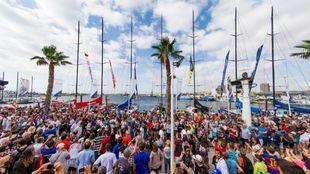El público del Village de Alicante, frente a la flota de la Volvo...