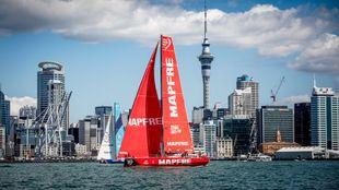 El barco Mapfre, en la bahía de Auckland, durante la regata costera...