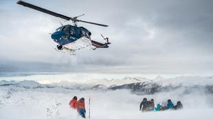 Un helicóptero Bel 212 deposita al grupo de esquiadores en las...