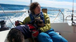 Hellen Fauss, a bordo del 'Kivuca' junto a su perro.