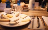 En la imagen ocho tipos de queso que se probaron en la cata impartida...