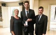 Pau Gasol, con sus padres, Agustí y Marisa, en la recepción de la...
