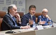De izquierda a derecha, Juan Carlos Estévez, presidente del Consejo...