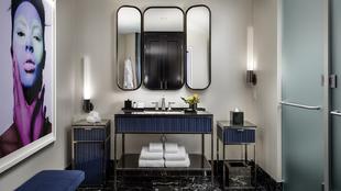 Cuartos de baño de una de las habitaciones del Bisha Toronto, de...