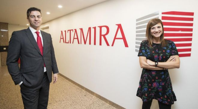 Marcos Beltrán, director del área Inmobiliaria, y Elena Ger,...