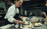 La chef Patti Jackson preparando sus famosas hamburguesas.