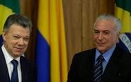 El presidente de Colombia, Juan Manuel Santos (izda.), junto a su...