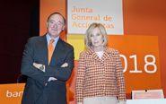Pedro Guerrero, presidente de Bankinter, y María Dolores Dancausa,...