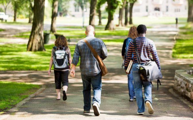 Estudiantes paseando en un campus universitario