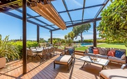 Un espectacular jardín con piscina adorna esta villa en Calonge, en...