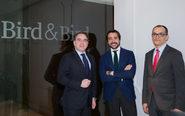 De izqda. a dcha., los socios de Bird & Bird Antonio Cueto,...