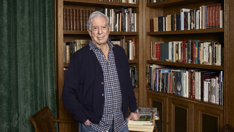 El escritor, en la biblioteca de su actual residencia, en Puerta de...