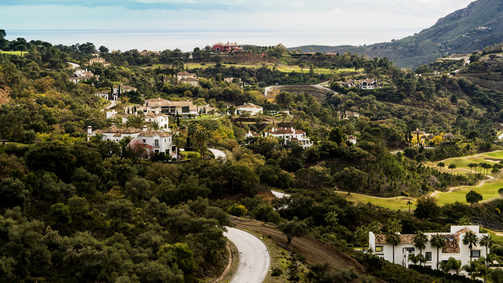 Vista de La Zagaleta, entre los municipios malagueños de Benahavís y...