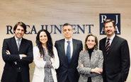 De izqda., a dcha., Carlos Blanco, director de Roca Junyent en Madrid;...