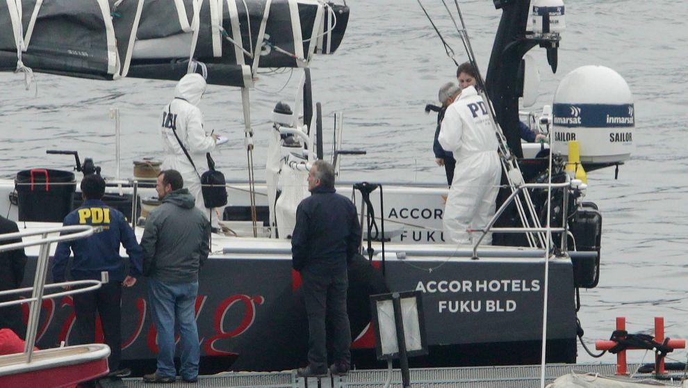 La Policía de Investigaciones de Chile (PDI) inspeccionan el velero...