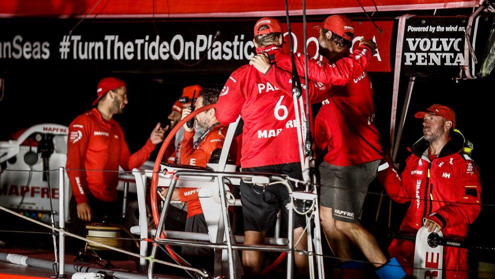 La tripulación del Mapfre celebra su llegada a Itajaí.