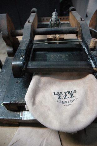 Las botas se manufacturan como en los inicios del negocio  las únicas  máquinas que se emplean son las de coser la bota y serigrafiar. c89d968e99fee