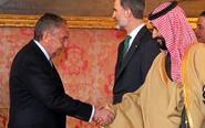 José L. Manzanares saluda, ayer, al Príncipe Mohamed bin Salman de...