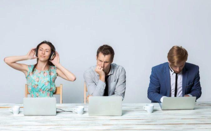 ¿Cómo afecta a tu rendimiento escuchar música en el trabajo?