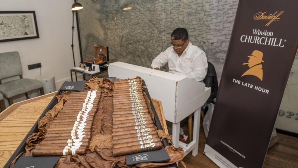 Edwin Orlando realizando su arte de moldear las hojas de los cigarros...
