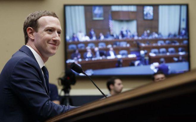 El fundador y presidente ejecutivo de Facebook, Mark Zuckerberg,...