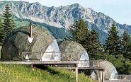 El resort Whitepod, en los Alpes suizos, integra su diseño en plena...