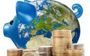 Hucha de cerdito con el mapa mundi y monedas de euro.