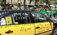 Taxi con mensajes de protesta en contra de los vehículos VTC durante...