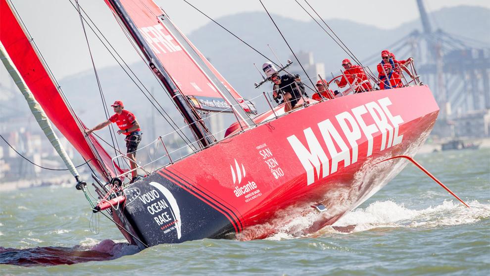 El barco Mapfre disputando la regata costera de Itajaí (Brasil).  ...