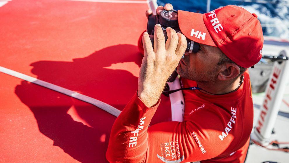 El patrón Xabi Fernández vigila con los prismáticos a Dongfeng.