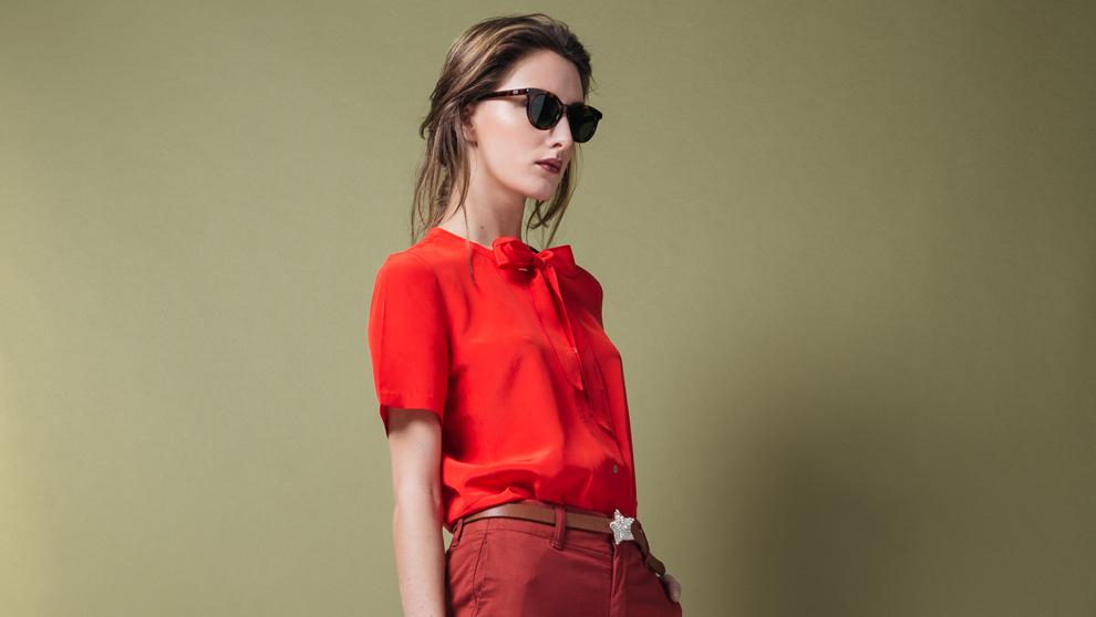 Blusa de seda natural con lazo, 149 euros. Pantalón 100% algodón,...
