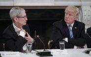 Trump y Tim Cook ya se reunieron en una mesa redonda el año pasado...