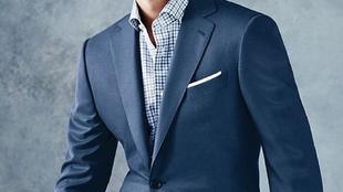 Un cuello sin corbata aporta un look fresco a la par que elegante para...
