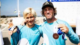 Los regatistas Iker Martínez y Olga Maslivets posando con la medalla...