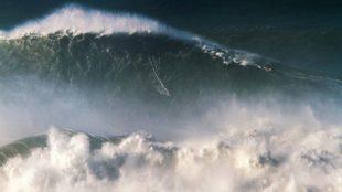 Rodrigo Koxa, en la monstruosa ola de Nazaré.