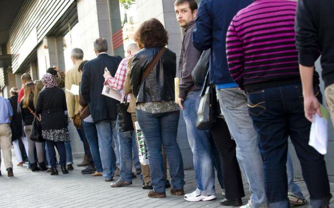 Una cola de parados en una oficina de empleo en Madrid.