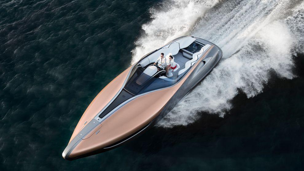 El prototipo Lexus Yacht, durante unas pruebas de navegación en mar...