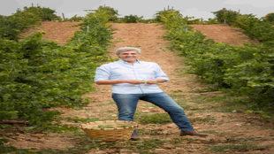 José Moro, junto a una cesta de uvas godello.