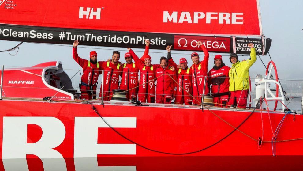 La tripulación del Mapfre celebra su victoria en Newport.