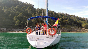 Uno de los veleros de la flota de Sailway navegando con cliente por la...