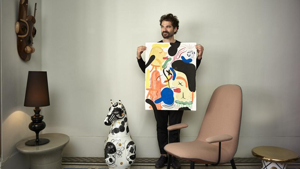 Hayon, 43 años, fotografiado en su oficina de Valencia. Sostiene una...